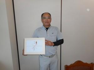 ステーキ肉をもらった優勝者の古坂さん